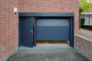 garagedeur en loopdeur in dezelfde stijl
