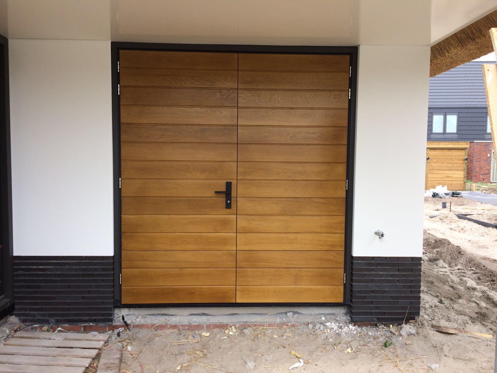Project houten openslaande garagedeur met bijpassende voordeur - Deur kast garagedeur ...
