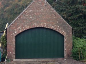 Verticale sectionaaldeur met Red Cedar