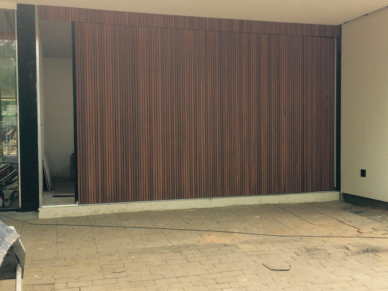 Houten garagedeuren met red cedar