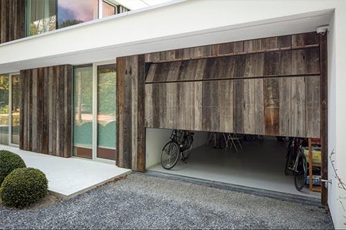 houten-garagedeur-geintegreerd-in-gevel-deur