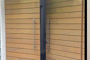 Houten-voordeur-en-garagedeur-in-dezelfde-stijl-sm1