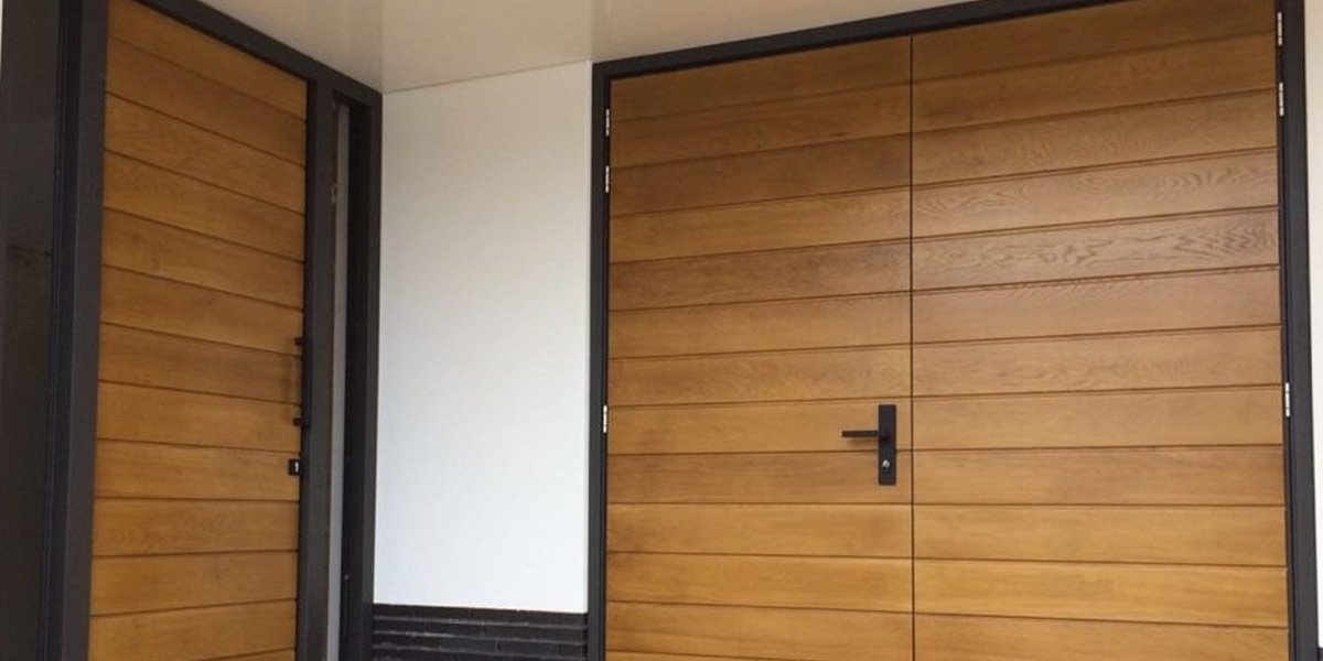 https://garagedeuren.s3.amazonaws.com/20180807081534/houten-openslaande-garagedeur-met-bijpassende-voordeur-31.jpg