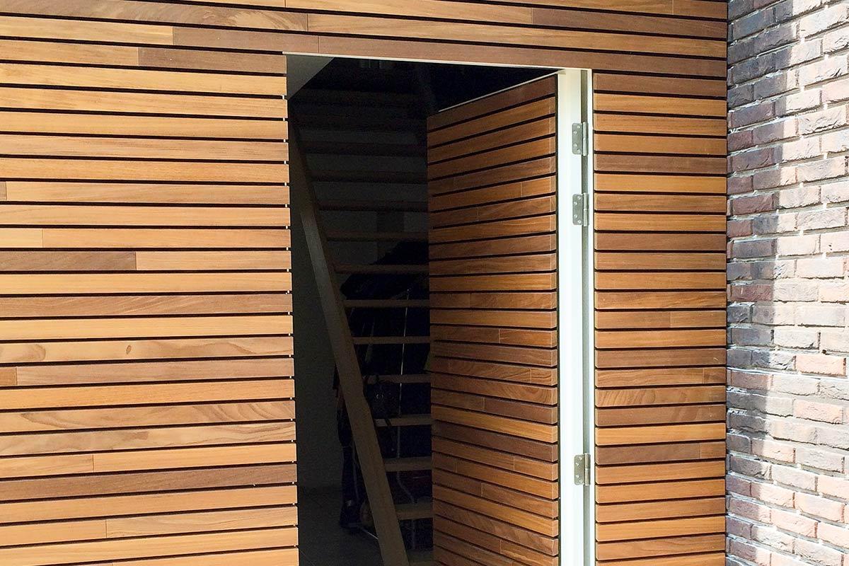 houten-garagedeur-en-voordeur-in-de-gevel-1