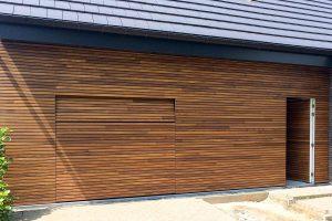houten-garagedeur-en-voordeur-in-de-gevel-5