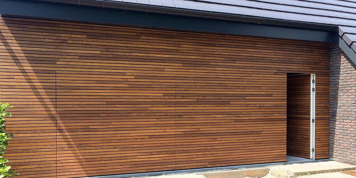 houten-garagedeur-en-voordeur-in-de-gevel