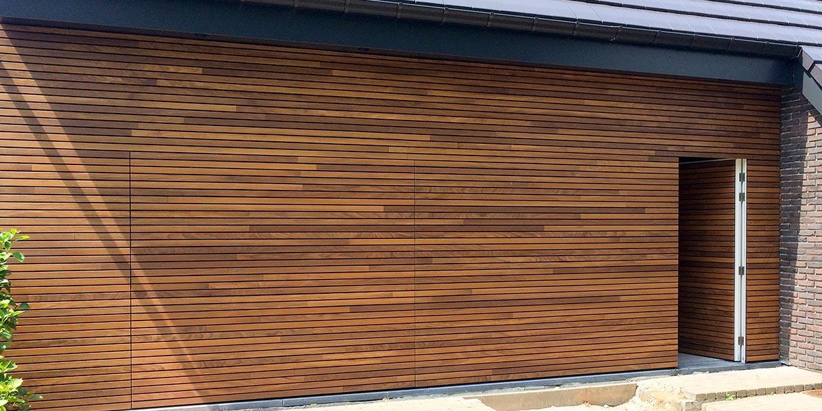 houten-garagedeur-en-voordeur-in-de-gevel-41