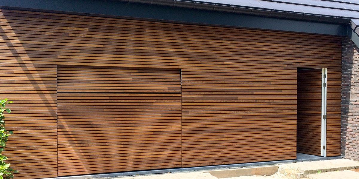 https://garagedeuren.s3.amazonaws.com/20180807134102/houten-garagedeur-en-voordeur-in-de-gevel-51.jpg