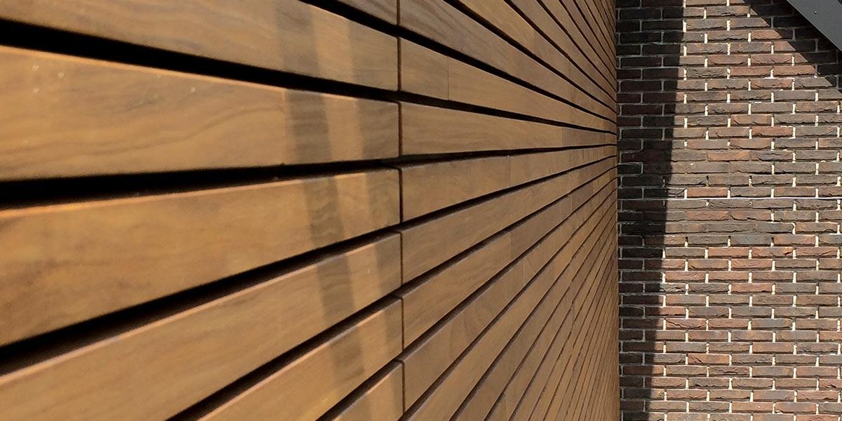 houten-garagedeur-en-voordeur-in-de-gevel-6