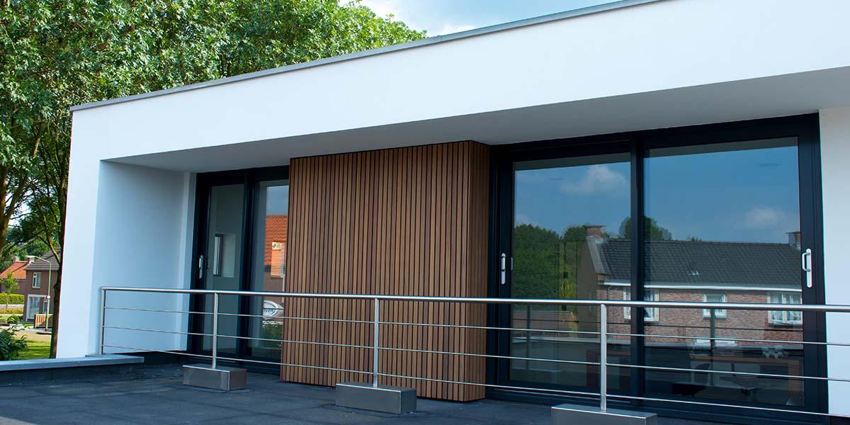 Dubbele-houten-zijwaartse-garagedeur-van-afrormosia-latten-3