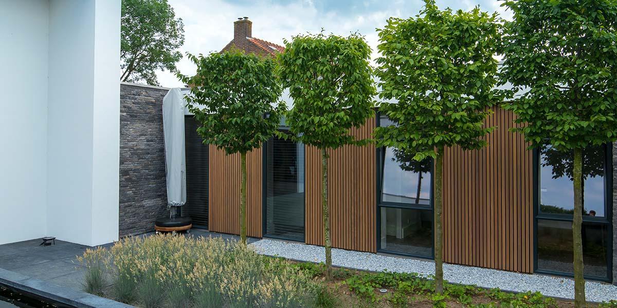 Dubbele-houten-zijwaartse-garagedeur-van-afrormosia-latten-5