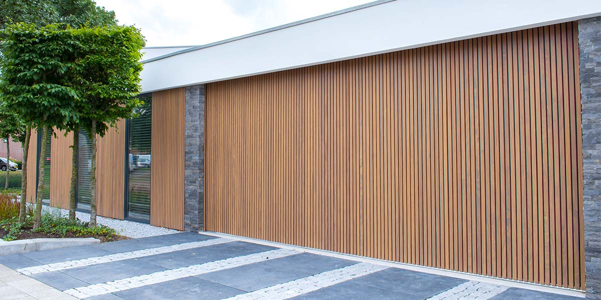 Dubbele-houten-zijwaartse-garagedeur-van-afrormosia-latten-8