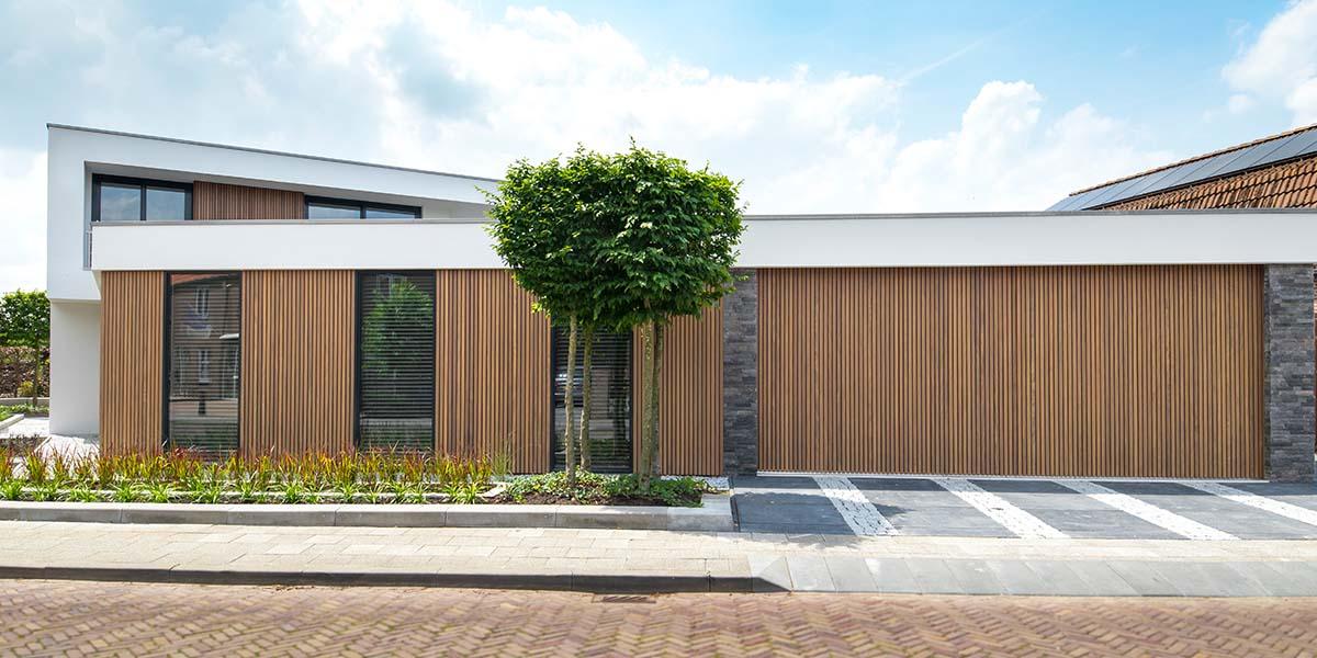 Dubbele-houten-zijwaartse-garagedeur-van-afrormosia-latten-24