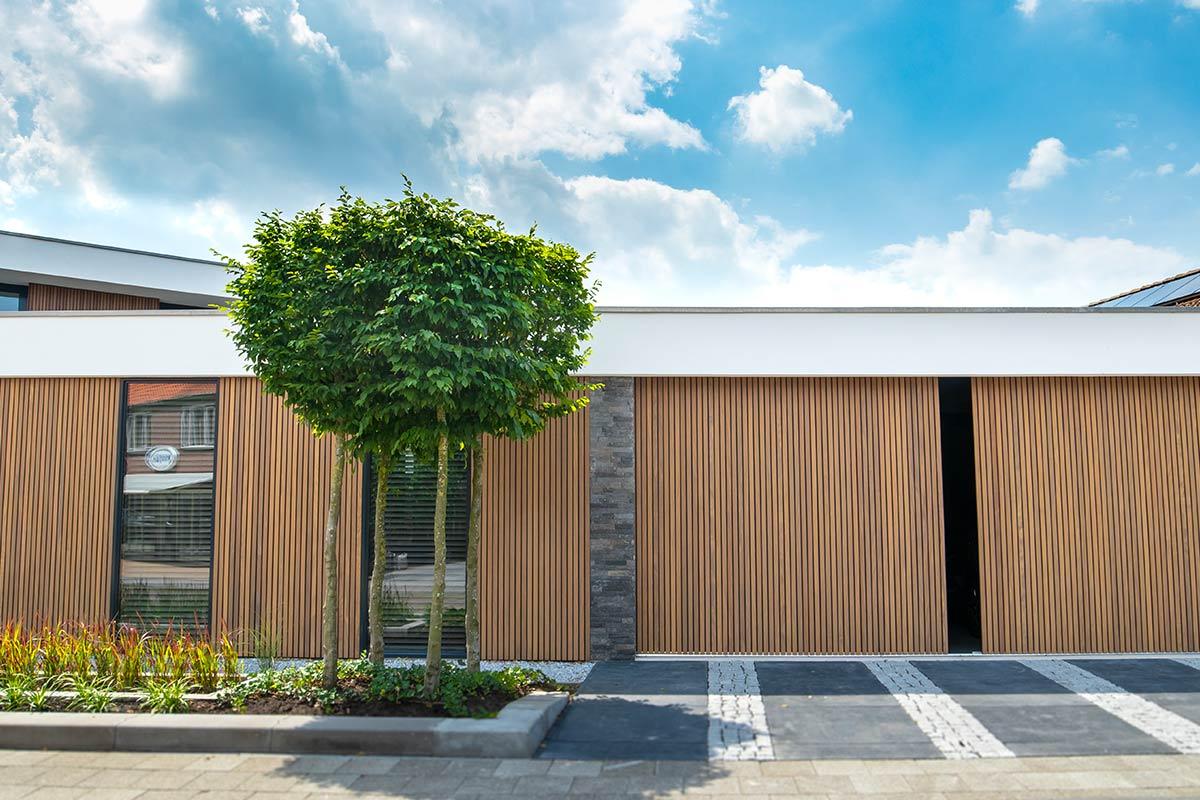 Dubbele-houten-zijwaartse-garagedeur-van-afrormosia-latten-b