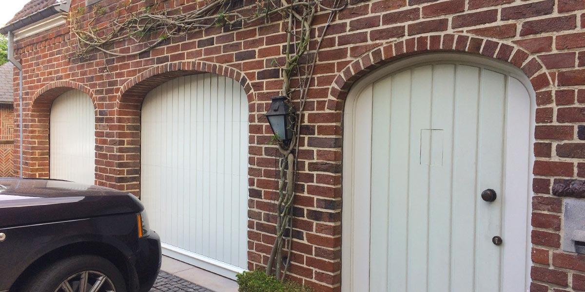 witte-houten-sectionaaldeur-klassiek-verticale-profilering-61