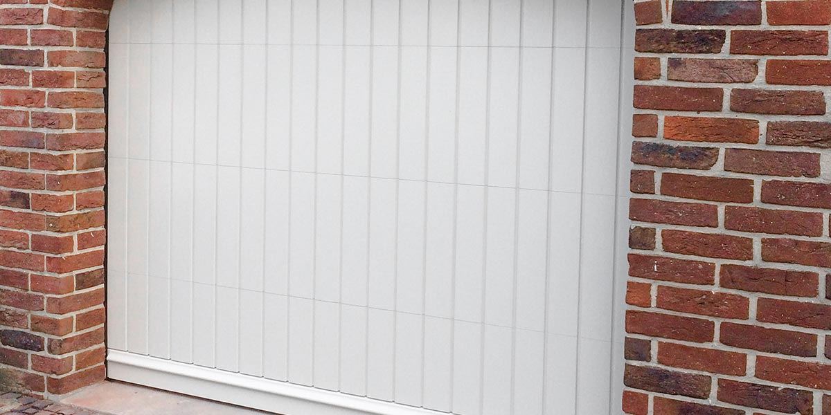 witte-houten-sectionaaldeur-klassiek-verticale-profilering-7