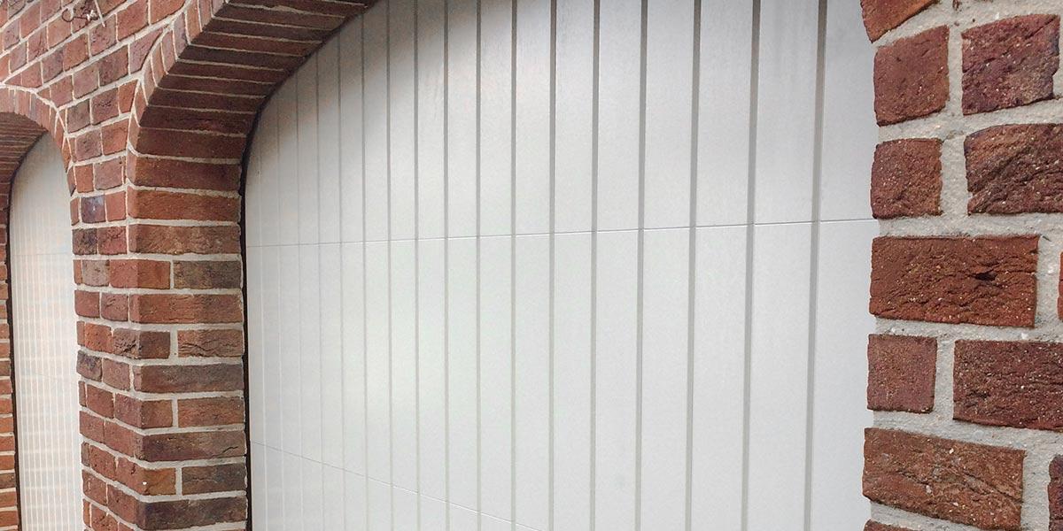 witte-houten-sectionaaldeur-klassiek-verticale-profilering-8