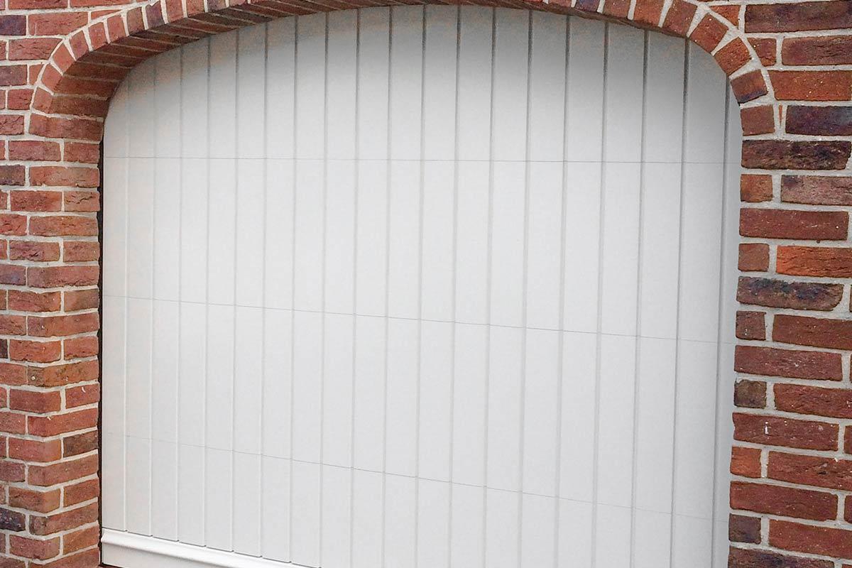 witte-houten-sectionaaldeur-klassiek-verticale-profilering-62