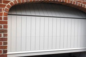 witte-houten-sectionaaldeur-klassiek-verticale-profilering-9