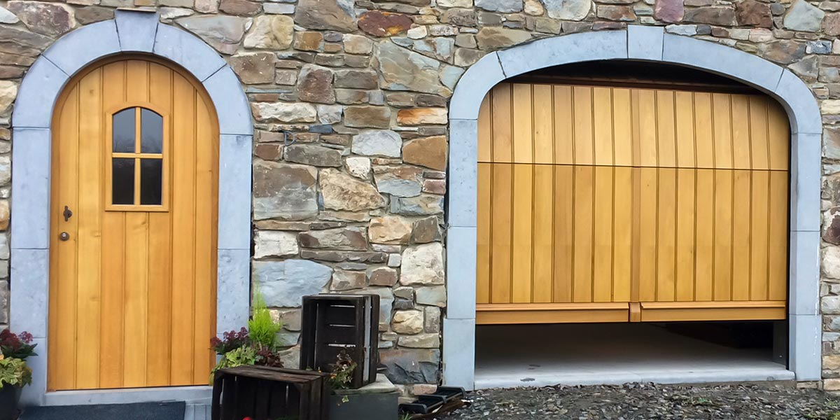 Eiken-garagedeur-en-voordeur-in-dezelfde-stijl-41