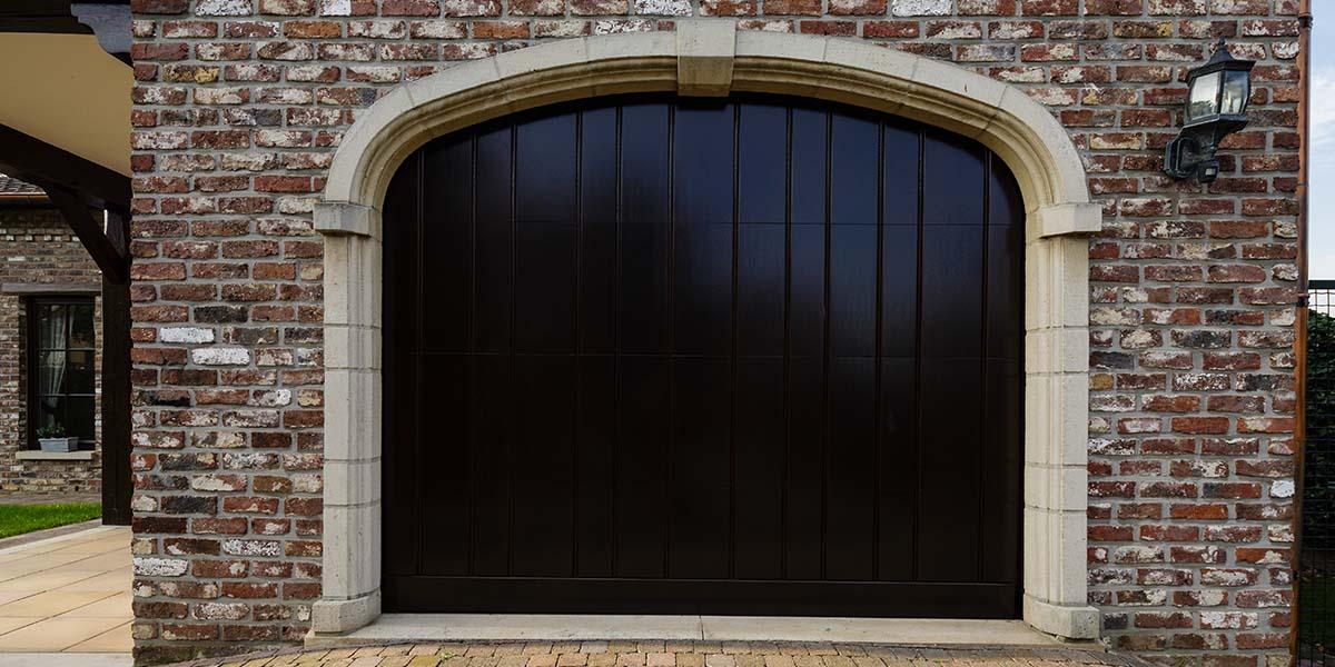 Elektrisch-houten-garagedeur-verticaal-2