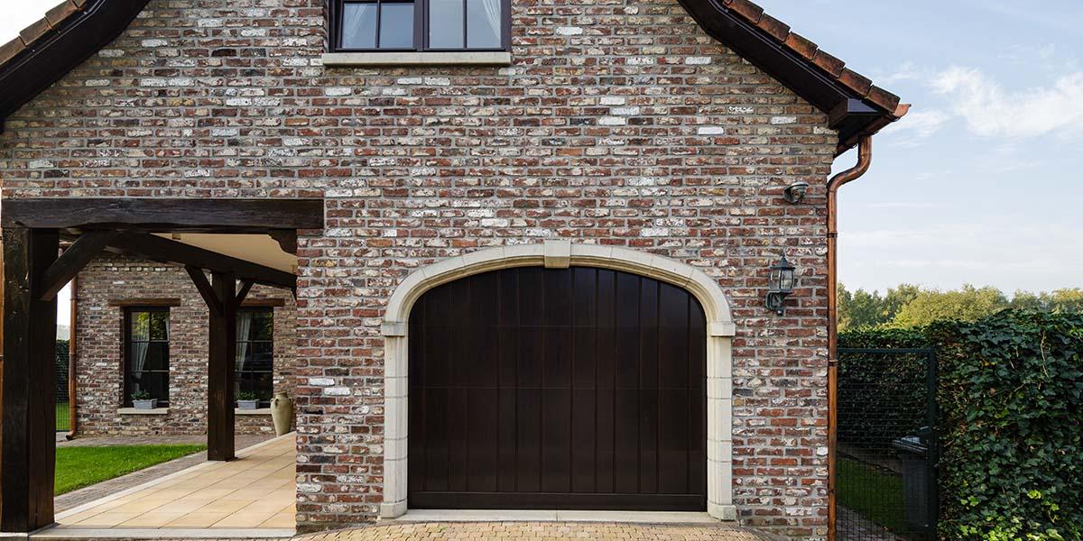 https://garagedeuren.s3.amazonaws.com/20180808084917/Elektrisch-houten-garagedeur-verticaal-3.jpg