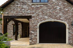 Elektrisch houten garagedeur verticaal-b