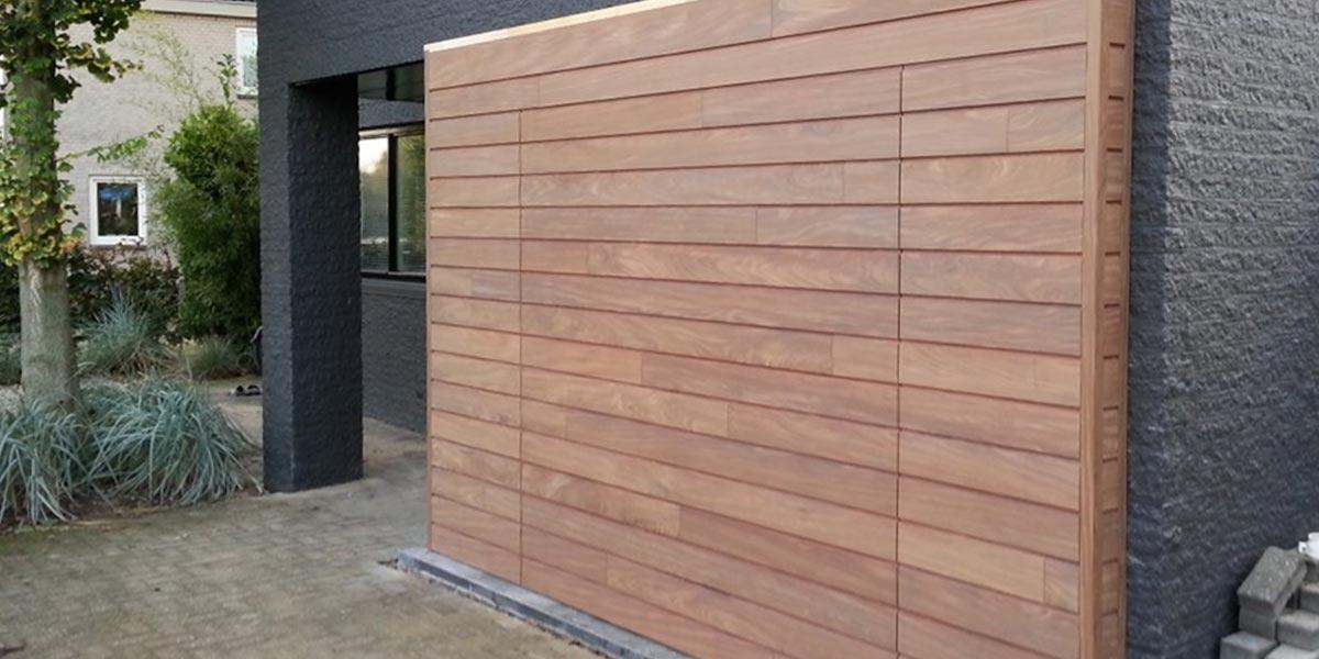 elektrisch-houten-garagedeur-met-gevelbekleding