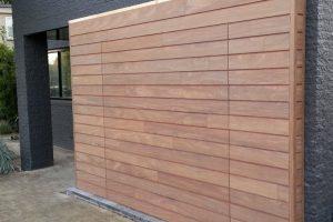 elektrisch-houten-garagedeur-met-gevelbekleding-41