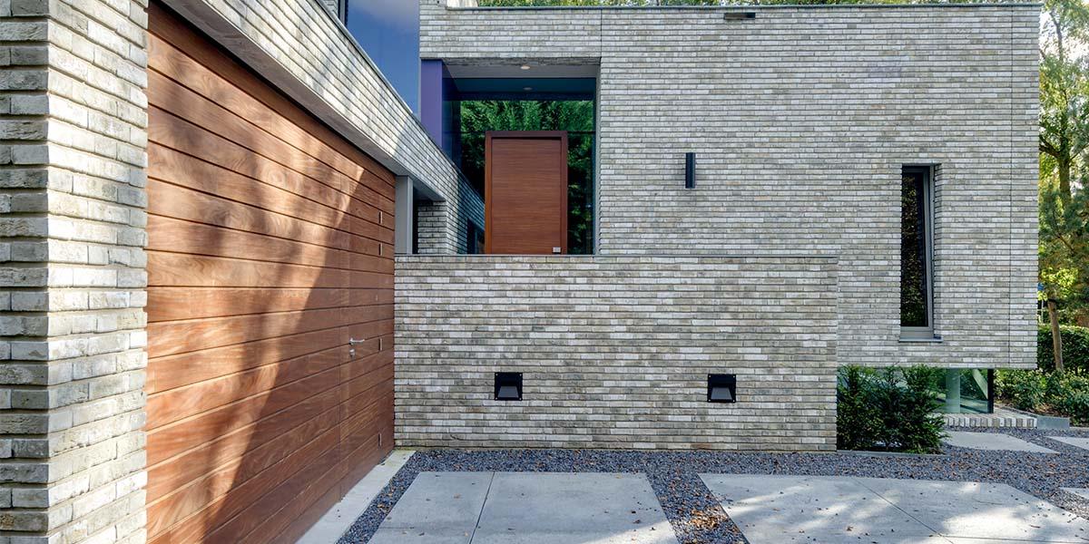 houten-garage-deur-afrormosia-gevelbekleding-voordeur-2