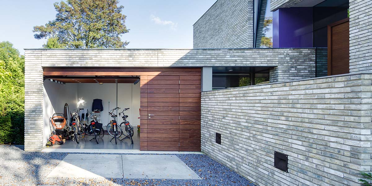 houten-garage-deur-afrormosia-gevelbekleding-voordeur-6