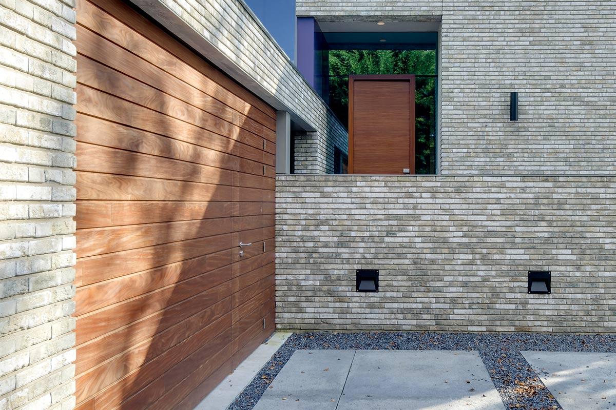 houten-garage-deur-afrormosia-gevelbekleding-voordeur