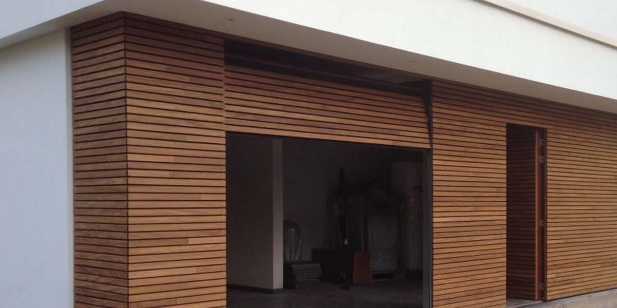 elektrische-houten-sectionaalpoort-en-houten-loopdeur-geintegreerd-in-de-gevel_0003_Laag-11