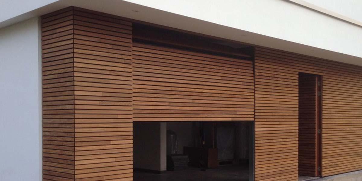 elektrische-houten-sectionaalpoort-en-houten-loopdeur-geintegreerd-in-de-gevel_0004_Laag-10