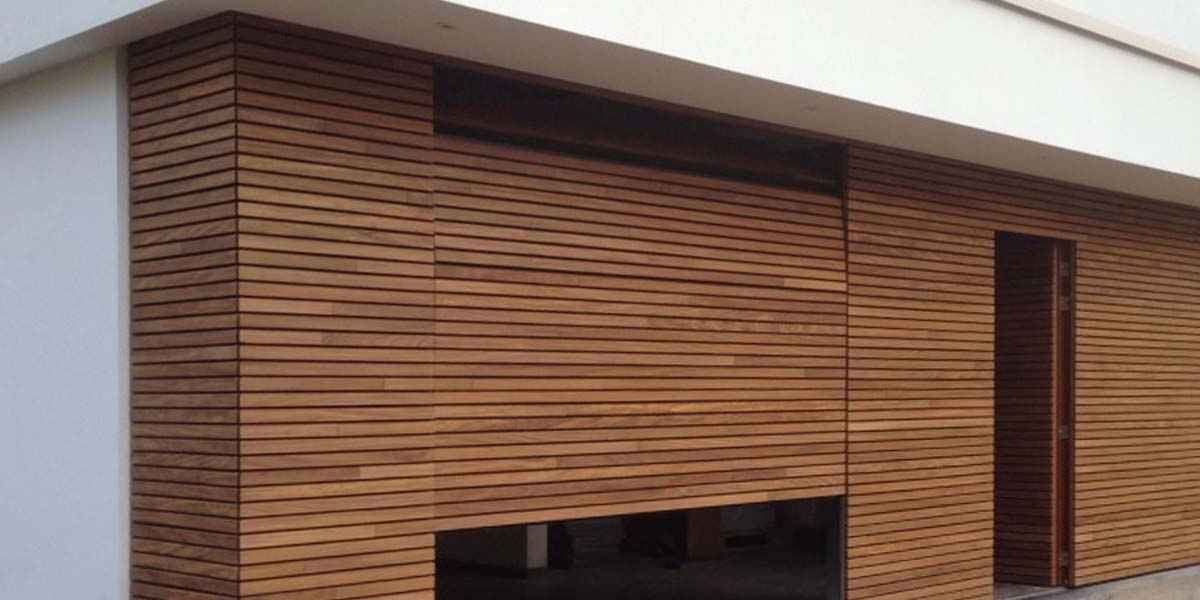 elektrische-houten-sectionaalpoort-en-houten-loopdeur-geintegreerd-in-de-gevel_0005_Laag-9