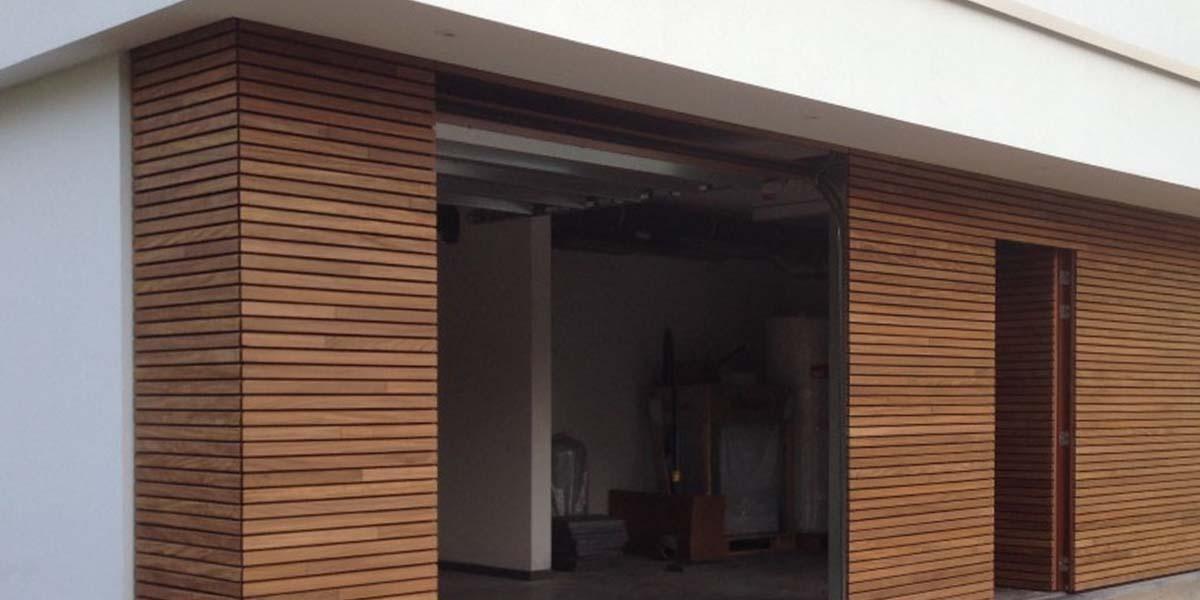 elektrische-houten-sectionaalpoort-en-houten-loopdeur-geintegreerd-in-de-gevel_0007_Laag-7