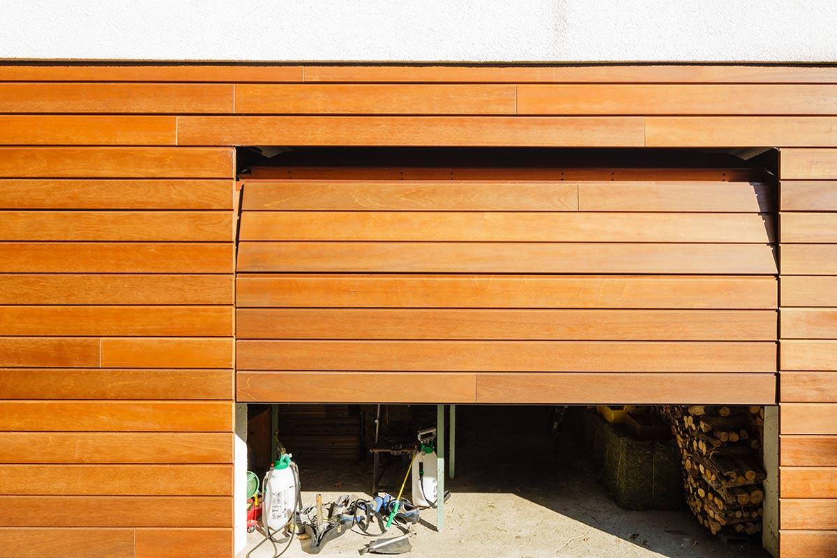 elektrische-houten-sectionaalpoort-en-houten-loopdeur-geintegreerd-in-de-gevel_1