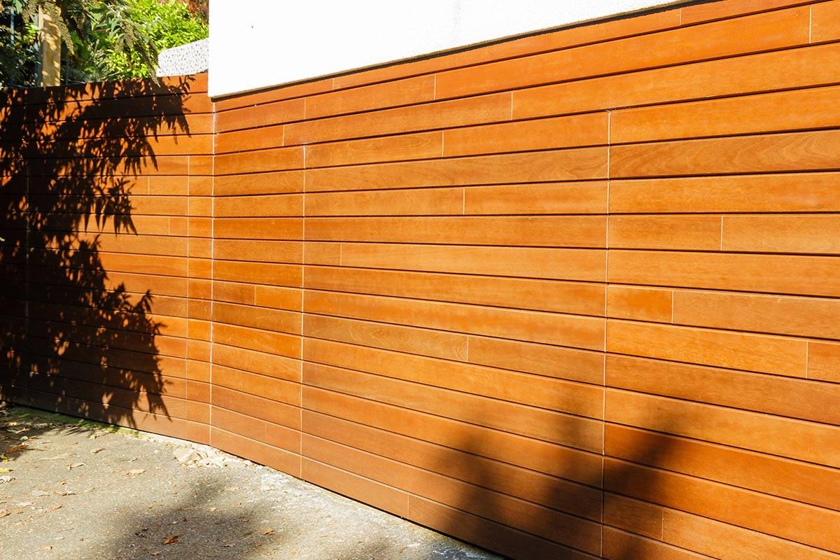 elektrische-houten-sectionaalpoort-en-houten-loopdeur-geintegreerd-in-de-gevel_2