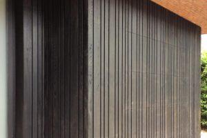Zwarte-houten-sectionaal-garagedeur-verticaal-geprofileerd-11