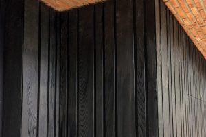 Zwarte-houten-sectionaal-garagedeur-verticaal-geprofileerd-51