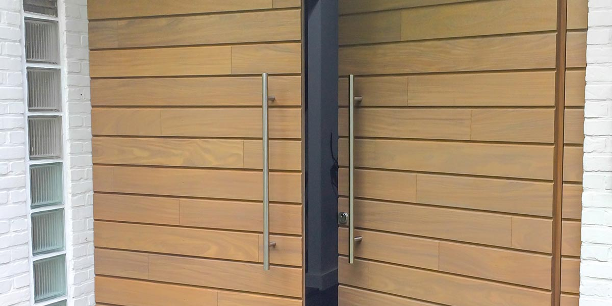 Houten-garagedeur-en-voordeur-in-dezelfde-stijl-header