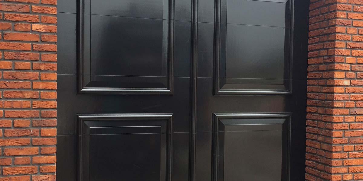 0001_Elektrische-openslaande-garagedeur-uitgevoerd-als-sectionaaldeur-03
