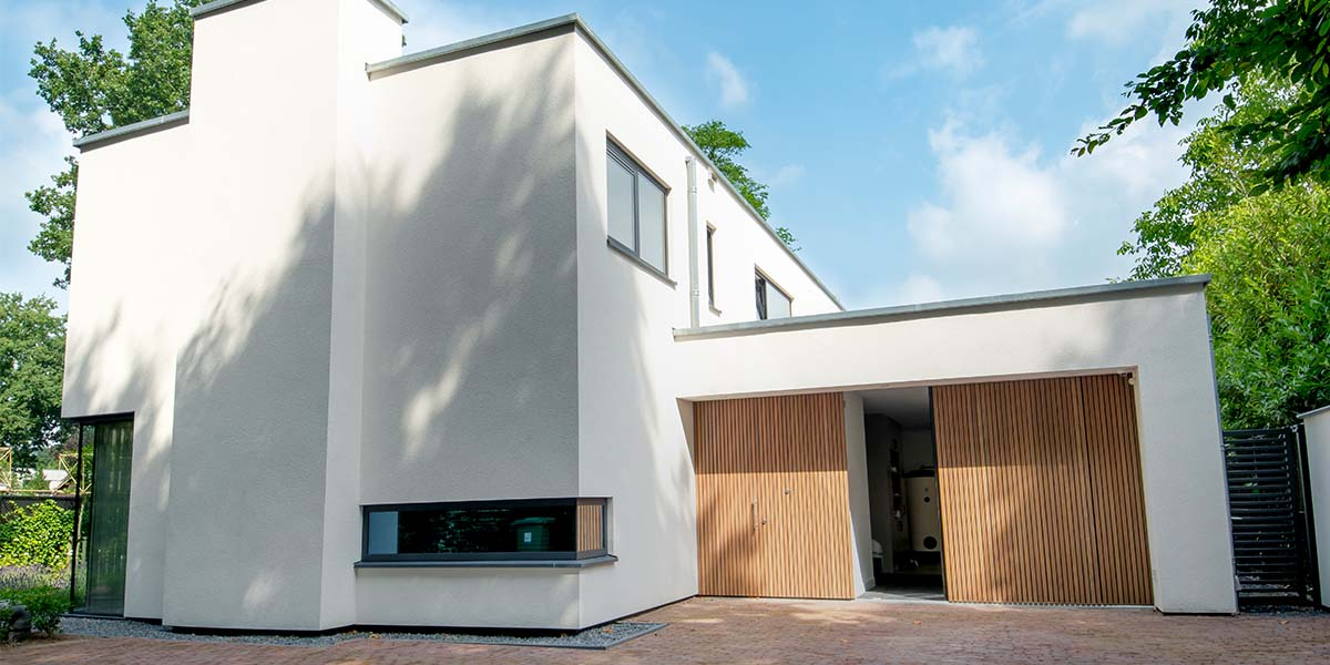 https://garagedeuren.s3.amazonaws.com/20180809100219/Houten-zijwaartse-sectionaaldeur-en-loopdeur-van-Afrormosia-hout-19.jpg