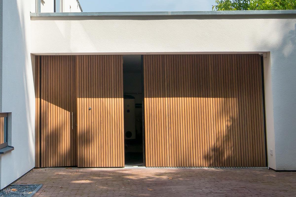 Houten zijwaartse sectionaaldeur-en-loopdeur van Afrormosia hout