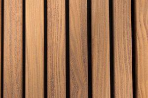 Houten-zijwaartse-sectionaaldeur-en-loopdeur-van-Afrormosia-hout-3