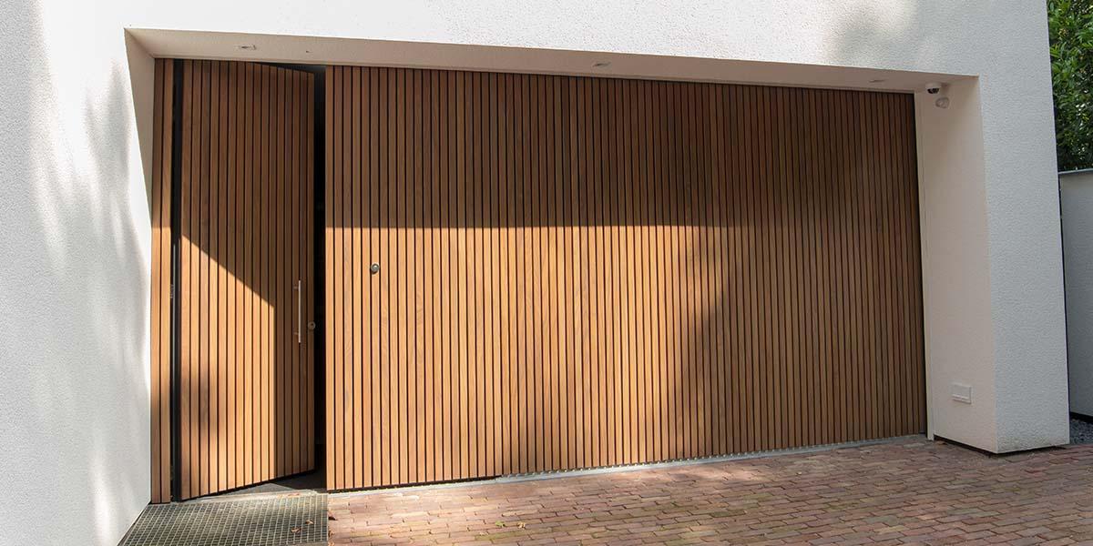 Houten-zijwaartse-sectionaaldeur-en-loopdeur-van-Afrormosia-hout-11