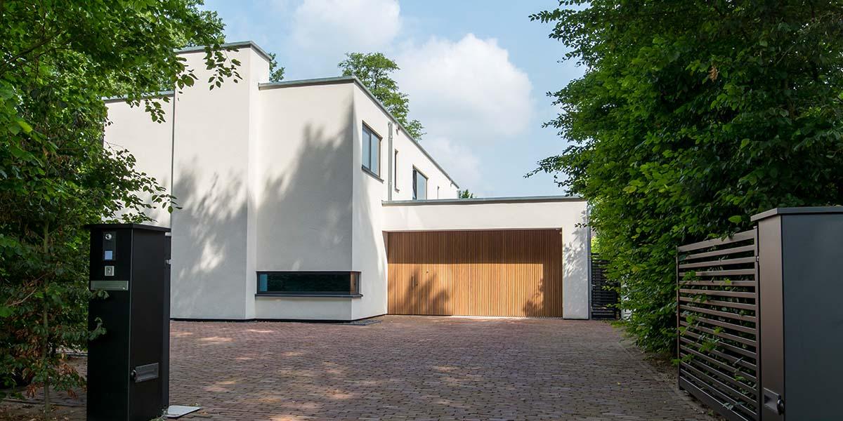 Houten-zijwaartse-sectionaaldeur-en-loopdeur-van-Afrormosia-hout-10