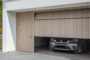 verticale-garagedeur-en-loopdeur-in-1-vlak-met-de-wand-Red-Cedar-latten-2