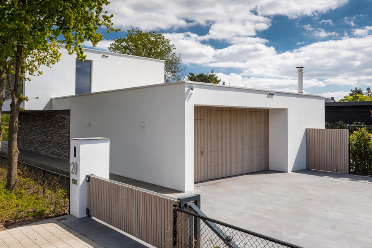 verticale-garagedeur-en-loopdeur-in-1-vlak-met-de-wand-Red-Cedar-latten-3