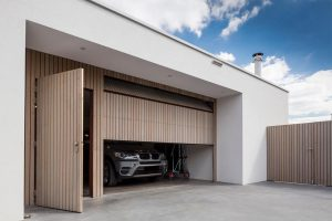 verticale garagedeur met loopdeur (red cedar)